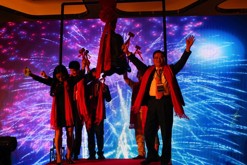 阿达触摸挂牌新四板敲钟上市,千企共庆——新四板与创业创新千企峰会盛大举行